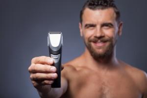 Mann mit Barttrimmer