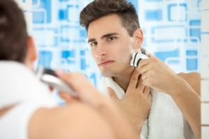 mann der sich rasiert